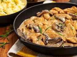 Бьоф Строганов с пилешко филе (гърди), гъби, кисели краставички, бяло вино и сметана (пиле ала Строганов) - снимка на рецептата